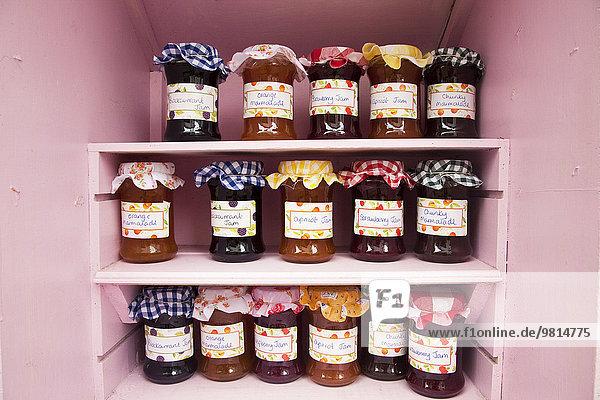 Gläser mit hausgemachter Marmelade und Marmelade im Verkaufsregal