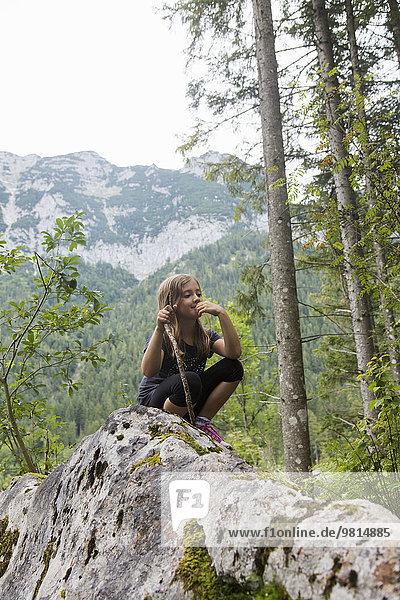 Mädchen auf Felsformation im Wald  Zauberwald  Bayern  Deutschland
