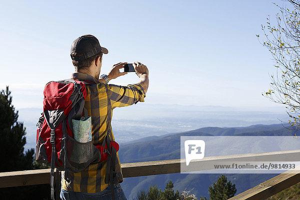 Wanderer beim Fotografieren von Bergen  Montseny  Barcelona  Katalonien  Spanien