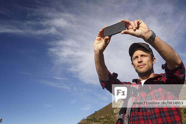 Wanderer beim Fotografieren von der Bergkuppe  Montseny  Barcelona  Katalonien  Spanien