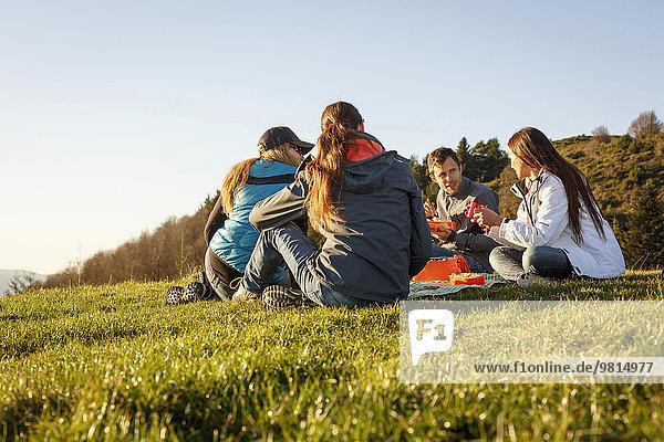 Wanderer beim Picknick auf dem Hügel  Montseny  Barcelona  Katalonien  Spanien