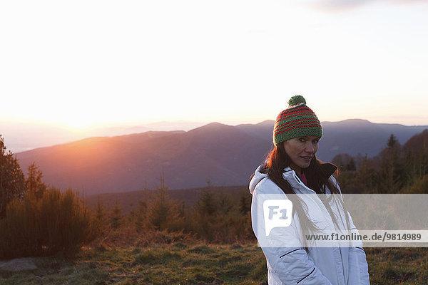 Frau auf dem Hügel bei Sonnenuntergang  Montseny  Barcelona  Katalonien  Spanien