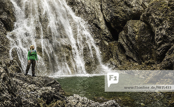 Junge Wanderin vor dem Wasserfall  Holzgau  Tirol  Österreich