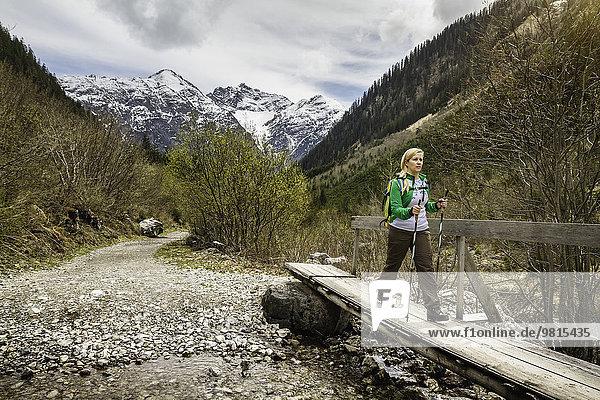 Junge Frau auf Fußgängerbrücke  Holzgau  Tirol  Österreich