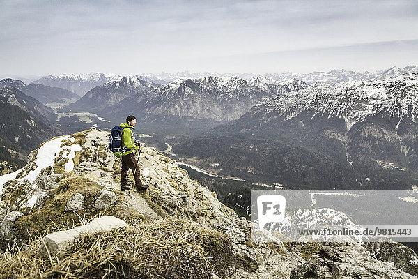 Junger Wanderer mit Blick von der Klammspitze  Oberammergau  Bayern  Deutschland