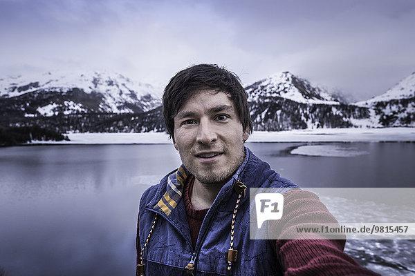 Männlicher Wanderer beim Selfie am Silsersee  Malojapass  Graubünden  Schweiz