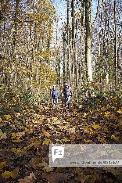 Zwei Jungen  die durch den Wald laufen