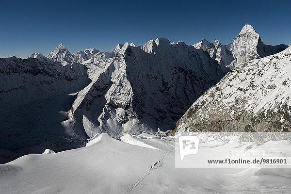 Nepal  Khumbu  Everest-Region  Bergsteiger auf dem Inselgipfel