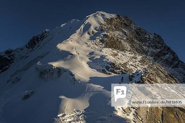 Nepal  Khumbu  Everest-Region  Bergsteiger auf dem Lobuche-Gipfel