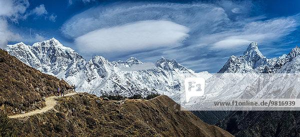 Nepal  Khumbu  Everest-Region  Namche Bazaar  Blick ins Khumbu-Tal mit Everest und Ama Dablam