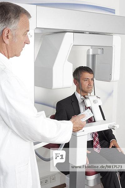Patient im Krankenhaus  der eine Cone-Beam-CT-Untersuchung erhält