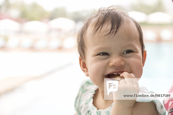 Fröhliches kleines Mädchen beim Pizzaessen