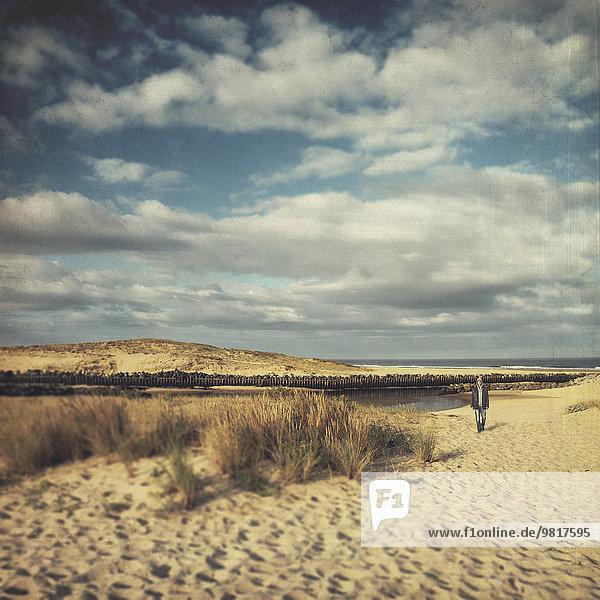 Frankreich  Contis-Plage  Mann  der die Dünen entlang läuft