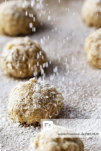 Pfannkuchen mit Puderzucker bestreuen