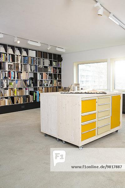 Raum einer Schreinerei mit Regal und Schubladenschrank zur Aufbewahrung von Proben