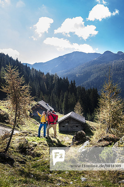 Österreich  Altenmarkt-Zauchensee  junges Paar schaut sich um