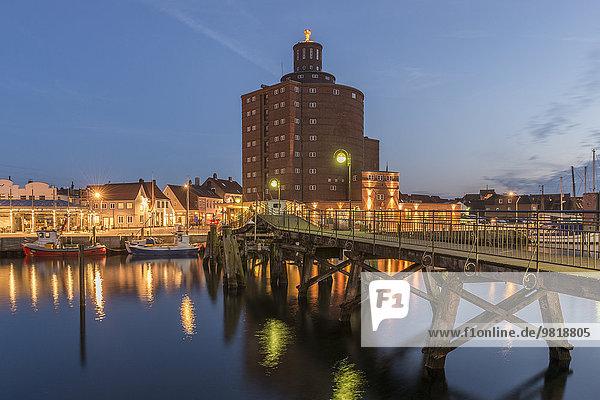 Deutschland  Eckernförde  Altstadt mit Silo bei Nacht