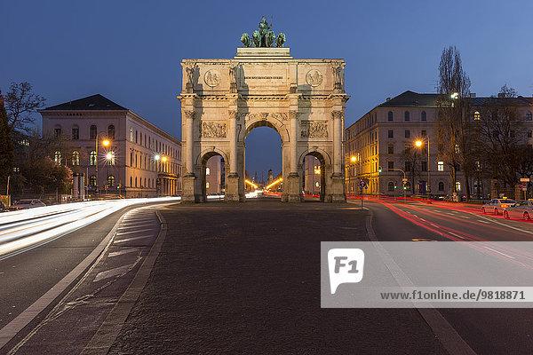 Deutschland  München  Blick auf beleuchtetes Siegestor