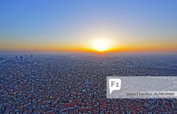 Türkei  Istanbul  Blick auf den Sonnenuntergang aus Istanbul Sapphire