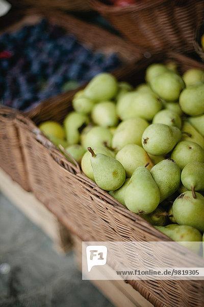 Italien  Nahaufnahme von frischen Birnen zum Verkauf im Weidenkorb