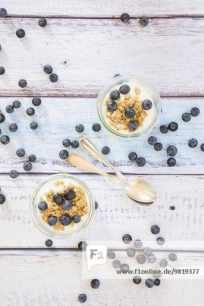 Joghurt mit Müsli und Heidelbeeren