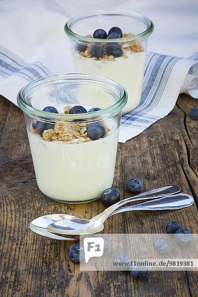 Joghurt mit Müsli und Heidelbeeren Joghurt mit Müsli und Heidelbeeren