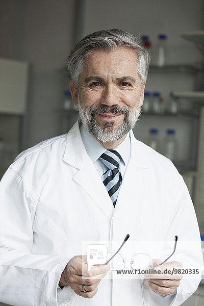 Porträt eines selbstbewussten Wissenschaftlers
