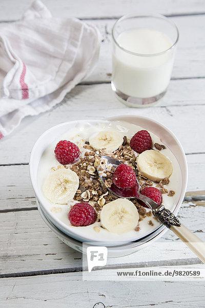 Joghurt mit Müsli  Himbeeren und Bananen
