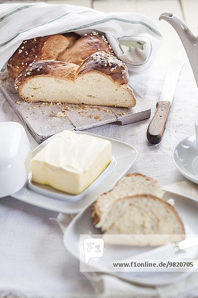 Geschnittene Challah und Butter