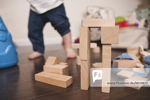 Bausteinerstellung mit Kind im Hintergrund