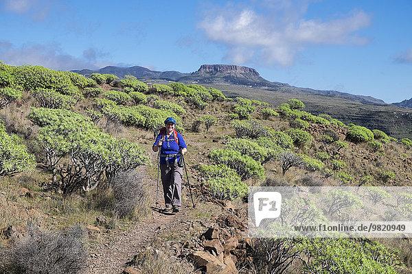 Spanien  Kanarische Inseln  La Gomera  Valle Gran Rey  Wanderin auf dem Wanderweg La Merica  Berg Fortaleza im Hintergrund