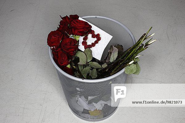 Eingelegter Rosenstrauß und Valentinskarte