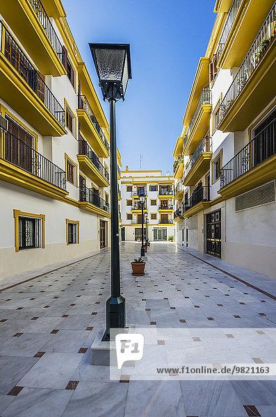 Spanien  Andalusien  Sevilla  Hausfassaden und Straßenlampen