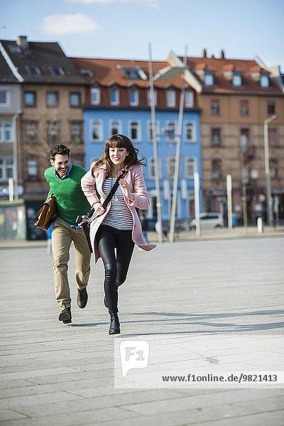 Glückliches Paar auf der Straße