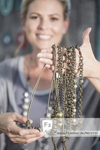 Frau mit handgefertigten Halsketten
