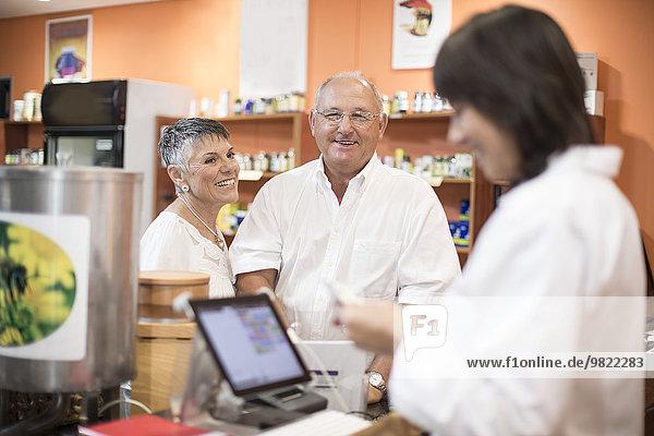 Seniorenpaar zahlt im Gesundheitsgeschäft