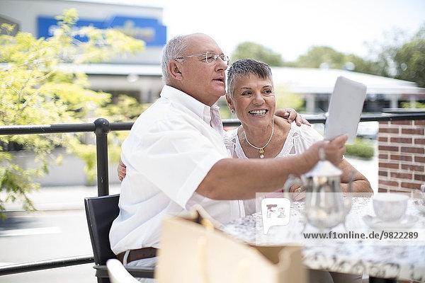 Glückliches älteres Paar  das einen Selfie mit einem Tablet-Computer nimmt.