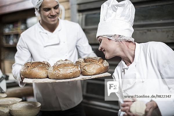 Bäckerin riecht frisches Brot
