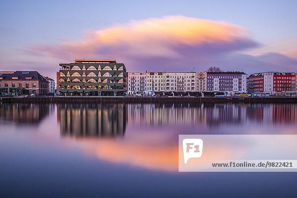 Deutschland  Berlin  Stralau  Häuser an der Spree bei Sonnenuntergang