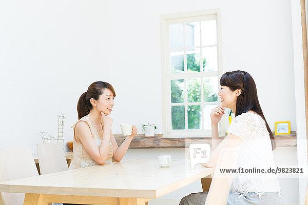 Attraktivität Tasse über jung Kaffee Mädchen unterhalten