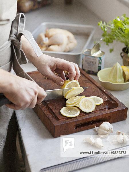 Frau schneiden Zitrusfrucht Zitrone