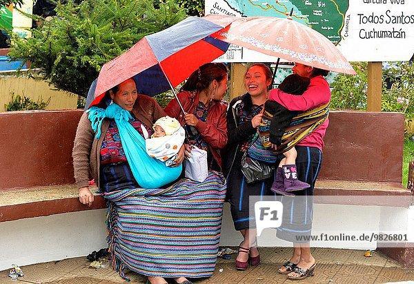 Frau Regenschirm Schirm halten Mittelamerika Guatemala