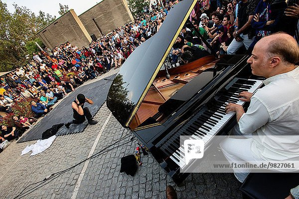 zeigen Großstadt Musik Klavier Spiel Theatergebäude Theater Klassisches Konzert Klassik Iran