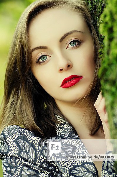 junge Frau junge Frauen Schönheit sehen wegsehen Reise