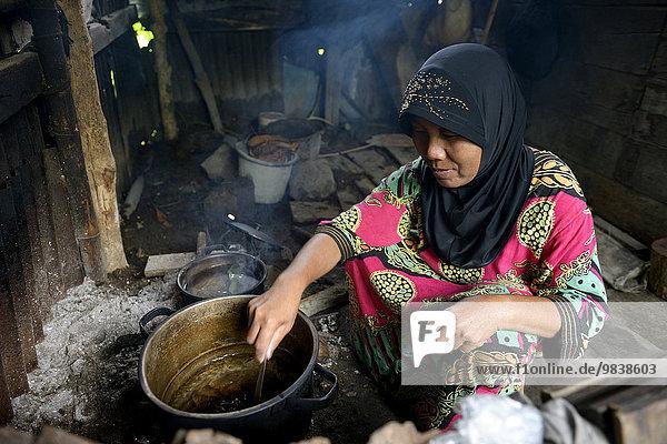 Frau  51 Jahre  kocht  Awe Kecil  Simeulue  Indonesien  Asien
