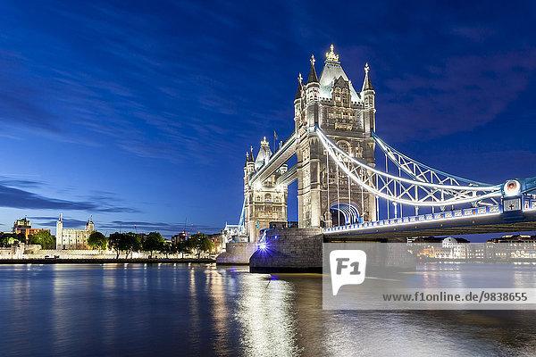 Nachtaufnahme Tower Bridge über die Themse  London  England  Großbritannien  Europa