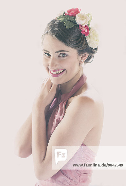 Beauty-Portrait einer lachenden jungen Frau mit Blumen im Haar Beauty-Portrait einer lachenden jungen Frau mit Blumen im Haar