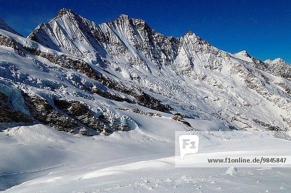 liegend liegen liegt liegendes liegender liegende daliegen links Bergmassiv Saas Fee Schweiz