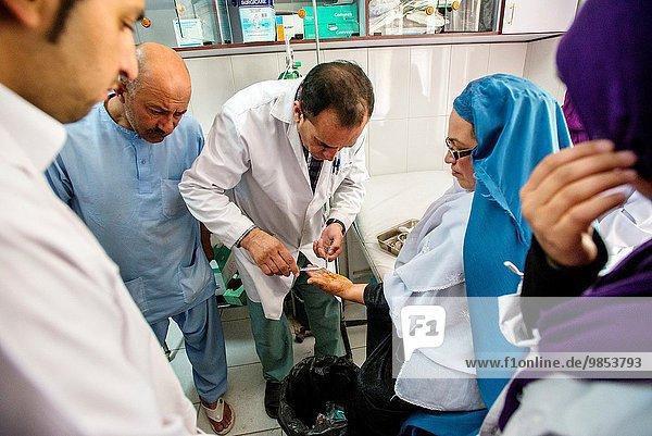 Kabul Hauptstadt Krankenzimmer Frau Arzt Krankenhaus Gesellschaft rot Mittelpunkt Jod Afghanistan