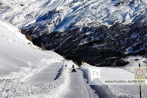 5 rennen Schlitten Ansicht vorwärts Saas Fee Schweiz Weg